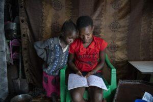 Dos niñas de Kenia estudian en casa en el marco de la pandemia de COVID-19. - UNICEF/ALISSA EVERETT - Archivo