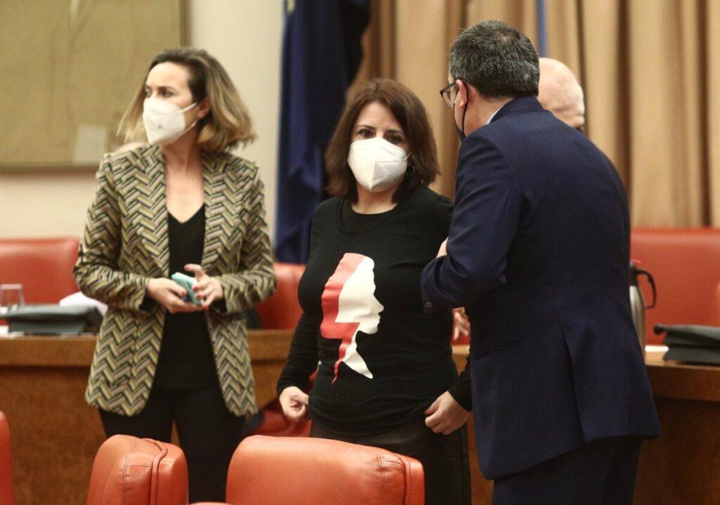 La portavoz del Grupo Popular en el Congreso, Cuca Gamarra (i) y la portavoz parlamentaria del PSOE, Adriana Lastra (d) en la Sala Mariana Pineda de la Cámara Baja