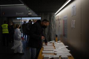 Un hombre elige su papeleta electoral en el Mercado St. Antoni en Barcelona - David Zorrakino - Europa Press