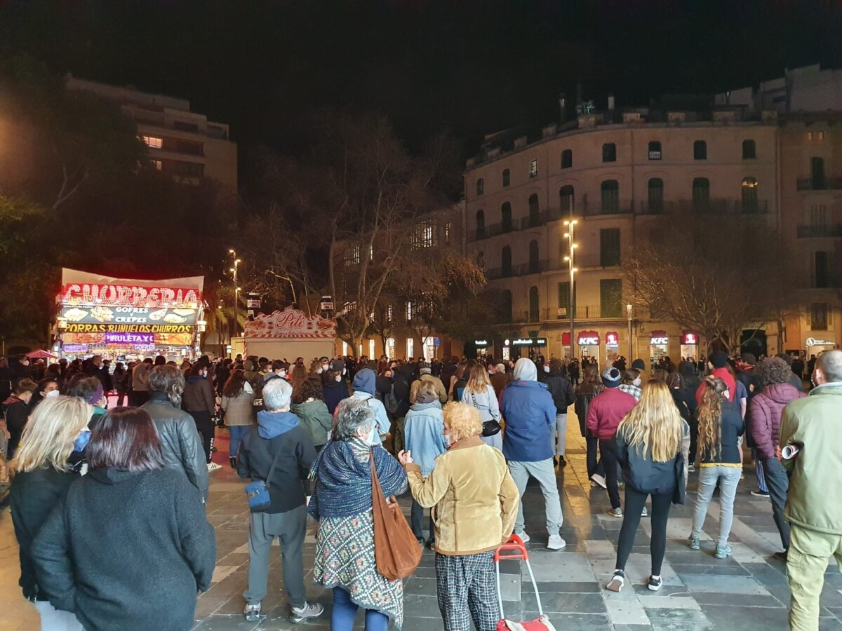Manifestantes en apoyo de Pablo Hásel en la plaza España de Palma
