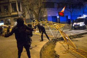 Manifestantes en apoyo al rapero Pablo Hasel mueven vallas en Girona, Cataluña