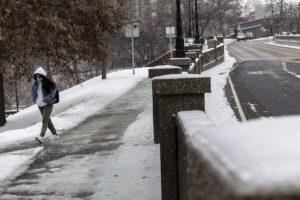 Un estudiante camina hacia la Universidad de Ohio durante la tormenta Uri. - STEPHEN ZENNER / ZUMA PRESS / CONTACTOPHOTO