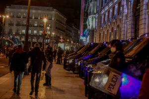Varios furgones de la Policía Nacional durante una manifestación contra el encarcelamiento del rapero y poeta Pablo Hasel en la Puerta del Sol. - Ricardo Rubio - Europa Press
