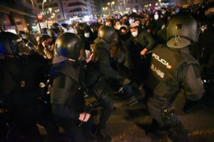 Varios agentes de la Policía Nacional contra los manifestantes - Autor: Jorge Gil - Europa Press
