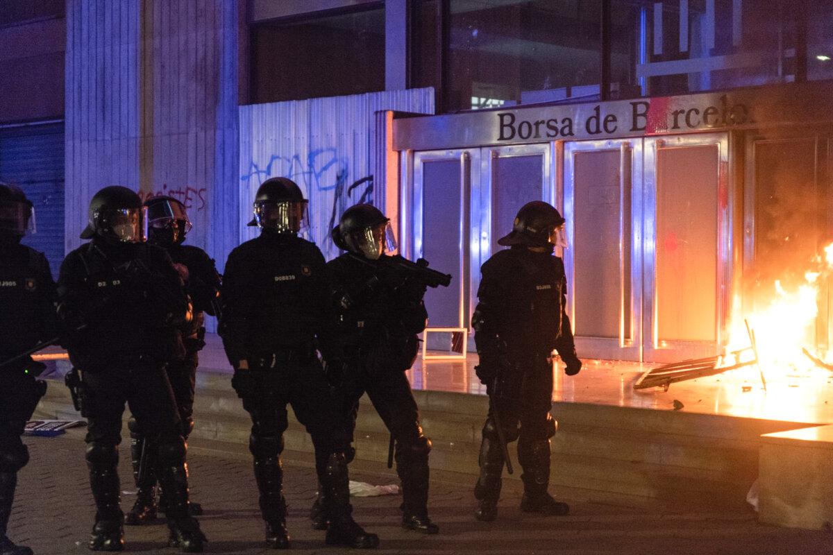 Varios policías antidisturbios durante una manifestación contra el encarcelamiento de Pablo Hasel - Autor: Lorena Sopêna i Lòpez - Europa Press