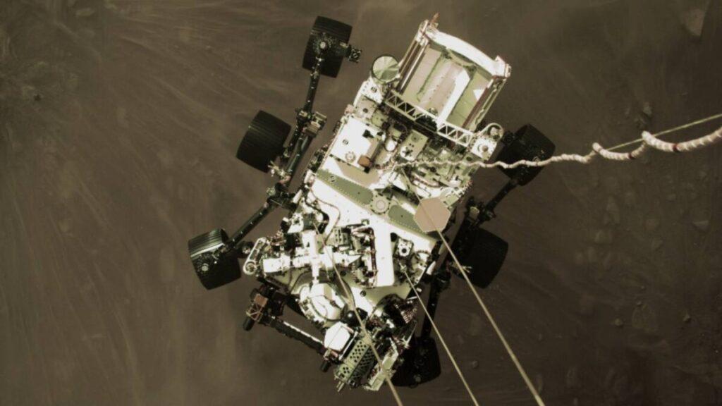 Fotografía de Perseverance tomada desde su dispositivo o etapa de descenso al planeta rojo