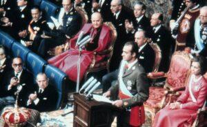 Juan Carlos de Borbón durante su discurso en el que toma posesión como Rey ante las Cortes el 22 de noviembre de 1975