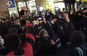La Policía carga contra los manifestantes que apoyan a Pablo Hasel en la Puerta del Sol de Madrid - EUROPA PRESS