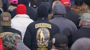 Un simpatizante de la milicia de extrema derecha Oath Keepers