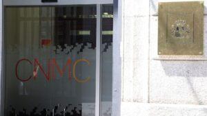 Puerta principal de la Comisión Nacional de los Mercados y la Competencia (CNMC) en Madrid