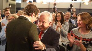 El presidente del PP, Pablo Casado, abraza al exdiputado del PP, Jaime Ignacio del Burgo