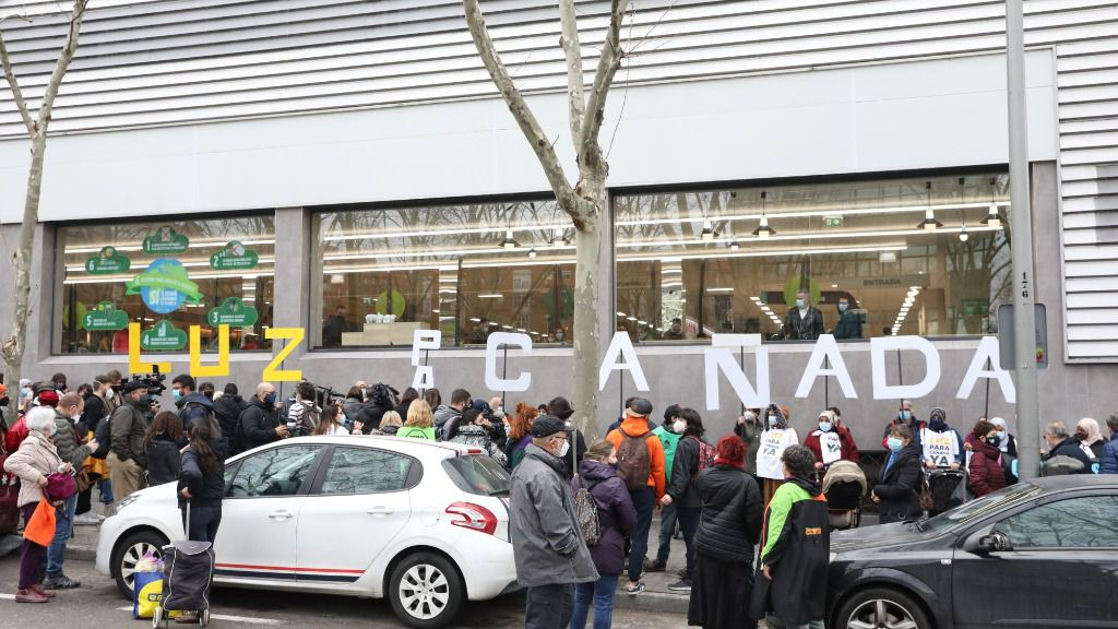 Vecinos de los sectores V y VI de la Cañada Real Galiana se manifiestan frente a la Asamblea de Madrid