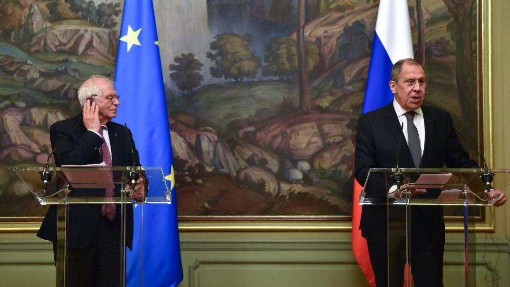 El Alto Representante de la UE para la Política Exterior, Josep Borrell, junto al ministro de Asuntos Exteriores ruso, Sergei Lavrov