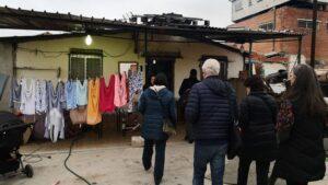 El Relator de la ONU sobre pobreza visita a una familia en la Cañada Real en Madrid