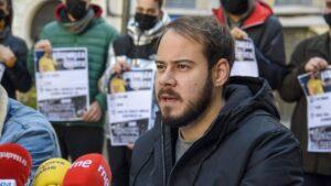 El rapero, Pablo Rivadulla Duro, conocido musicalmente como Pablo Hasél, responde a los medios en una rueda de prensa convocada tras la orden de su ingreso en prisión, en Lleida, Catalunya, (España), a 1 de febrero de 2021.
