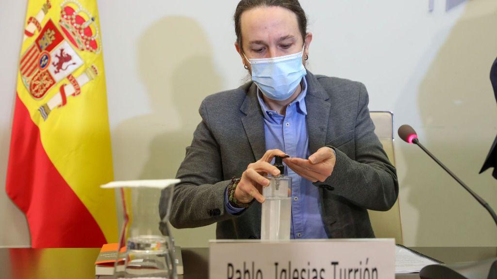 El vicepresidente del Gobierno y ministro de Derechos Sociales y Agenda 2030, Pablo Iglesias, se desinfecta las manos durante el acto de clausura de la presentación del informe del Consejo Económico y Social de España (CES)