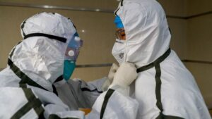 Médicos en un hospital de Wuhan