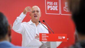 El cabeza de lista del PSOE al Congreso por Guipuzcoa, Odón Elorza, interviene en el acto político socialista, en Irún (Guipúzcoa/País Vasco/España)