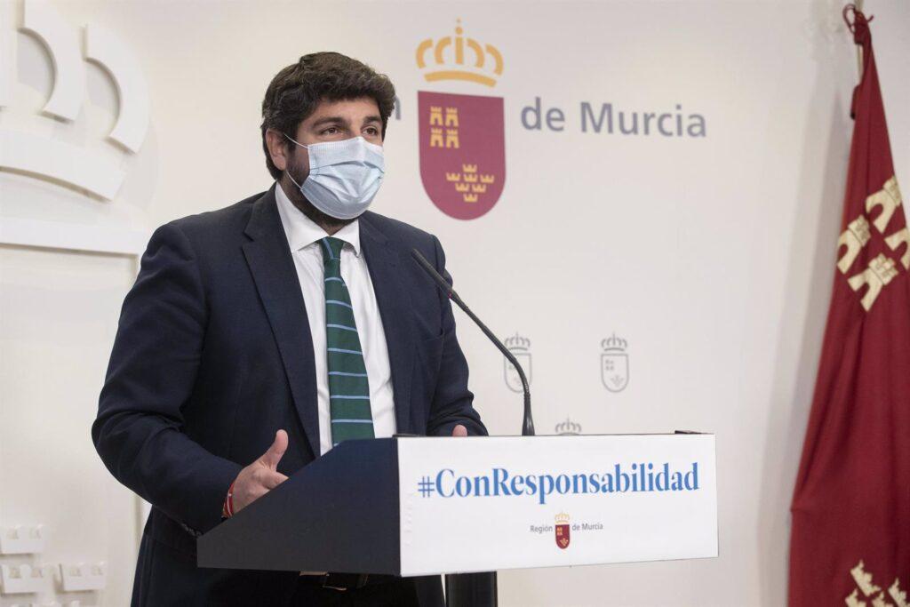 El presidente del Gobierno regional, Fernando López Miras, en una rueda de prensa