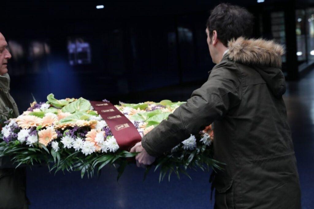 Corona de flores en el Monumento al 11M