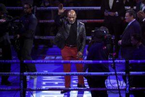 Mike Tyson saluda durante una velada de boxeo