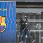 Dos mossos entran por una de las puertas del Camp Nou, Barcelona, Catalunya (España), a 1 de marzo de 2021. - Lorena Sopêna i Lòpez - Europa Press