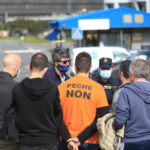 Varios agentes con trabajadores en las inmediaciones de la fábrica de Alu Ibérica en A Coruña, Galicia (España)