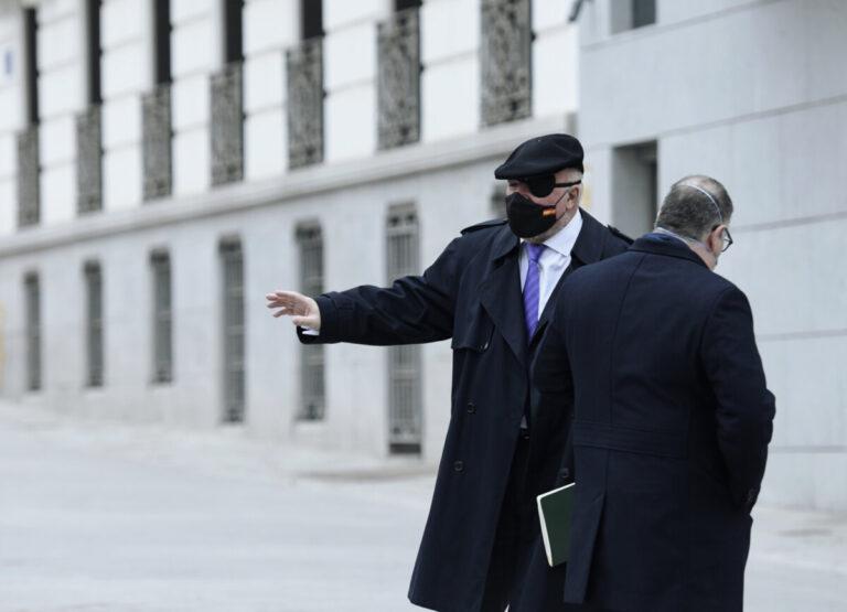 El comisario jubilado José Manuel Villarejo (i) acompañado por su abogado, Antonio García Cabrera, a su salida de la Audiencia Nacional - Óscar Cañas - Europa Press