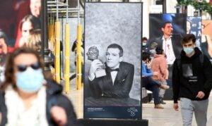 Varias personas pasean por calle Larios, donde ha sido inagurada la exposión sobre los premios Goya
