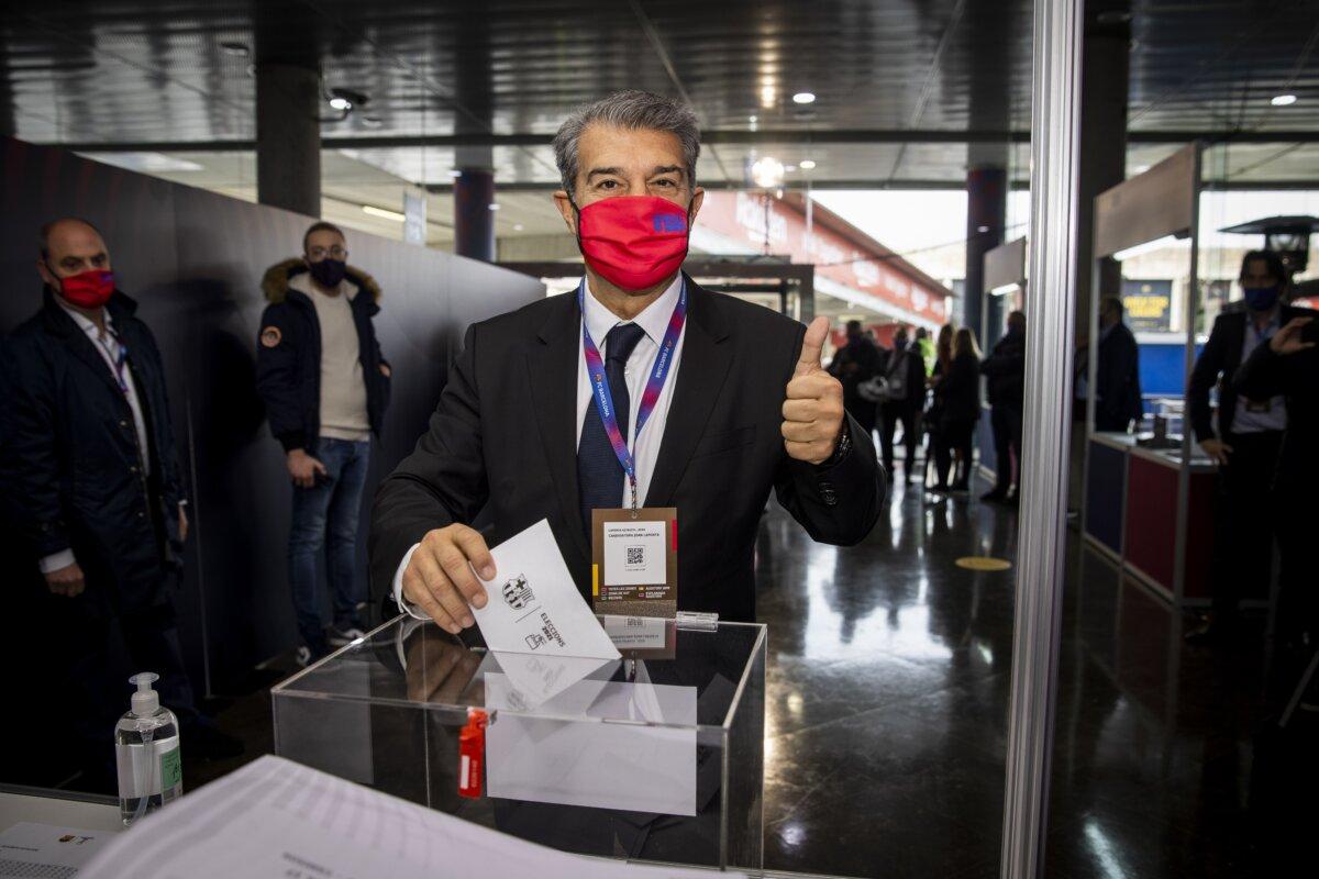 El candidato Joan Laporta, votando en la jornada de elecciones presidenciales del FC Barcelona