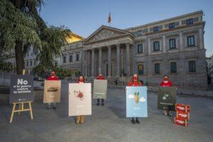 Save the Children muestra frente al Congreso las primeras palabras que aprenden los 420 millones de niños en guerras - SAVE THE CHILDREN