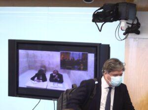 El diputado del PP Luis Santamaría (d), y el extesorero del PP, Luis Bárcenas (en la pantalla) - EUROPA PRESS/E. Parra. POOL