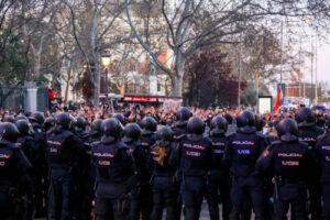 agentes de Policía Nacional frente a manifestantes durante una manifestación no autorizada a favor de Pablo Hasel desde Atocha a Cibeles, en Madrid