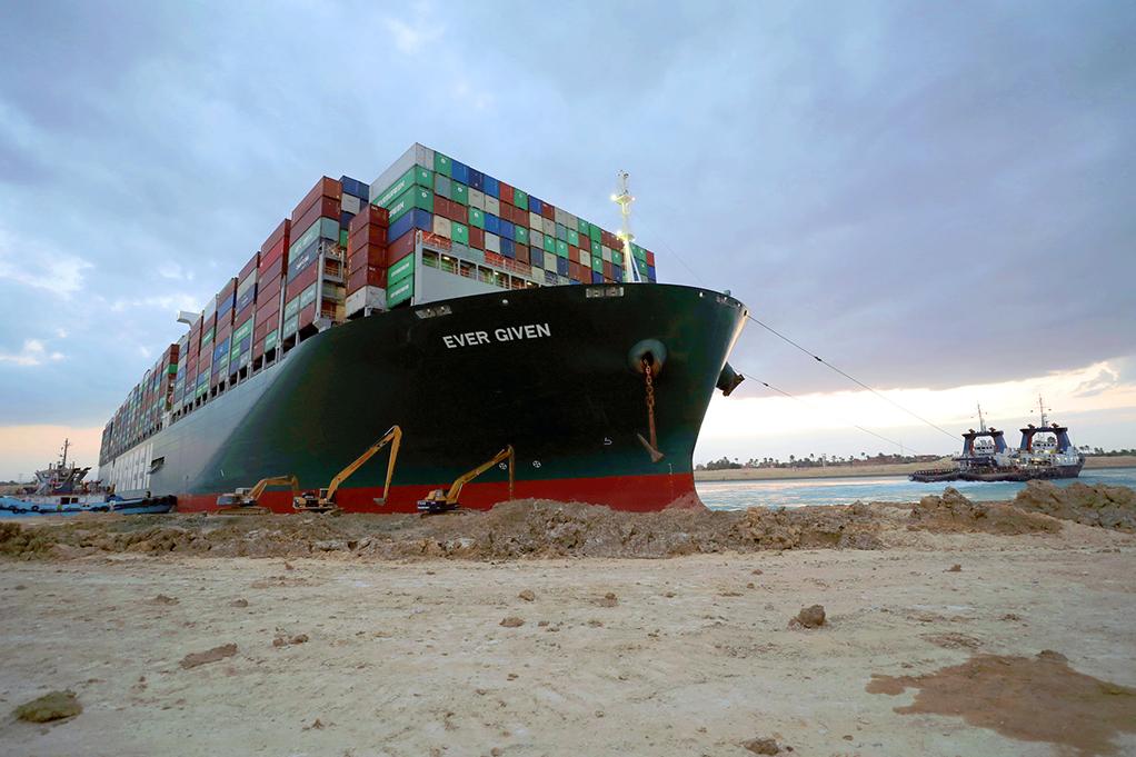 El buque 'Ever Given', encallado en el canal de Suez, en Egipto