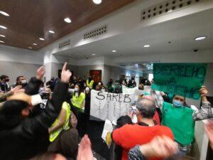 """Los colectivos han ocupado la sede de la FROP al grito de: """"La Sareb es nuestra, sus casas también"""""""
