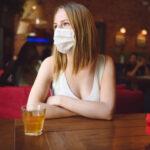 ¿Se puede evitar realmente la transmisión del coronavirus en el interior de los bares?