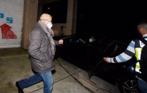 El presidente del Colegio de Enfermería de Ponteveda, Carlos Fernández, escoltado por la Policía tras ser detenido en un operativo en el que también fueron arrestadas su mujer y su hija, por supuesto blanqueo, falsedad y administración desleal. - EUROPA PRESS