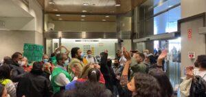 Colectivos antidesahucios se manifiestan en la sede del Frob