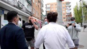 Un grupo de estética de neonazi increpa a Pablo Iglesias tras reunirse con una asociación vecinal de Coslada