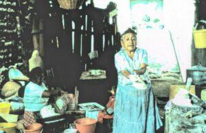 Una mujer zapoteca hace tamales con maíz cultivado localmente. / Jeffrey Cohen