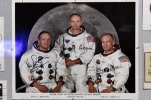Una foto de los astronautas estadounidenses Neil Armstrong (izq), Michael Collins (centro) y Buzz Aldrin (derecha), en la Exposición del Apolo 11 en el Museo Powerhouse de Sydney - Bianca De Marchi/AAP/dpa