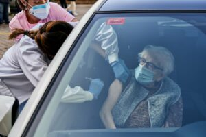 Un centenaria es vacunada en su coche en las inmediaciones del Hospital Santiago Apóstol