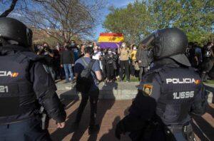 Varias personas participan en la concentración convocada en Vallecas contra Vox