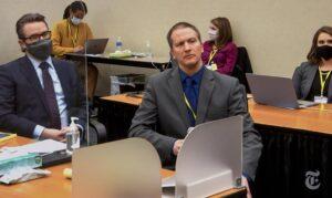 Derek Chauvin (derecha) junto a su abogado en el juicio por el asesinato de George Floyd