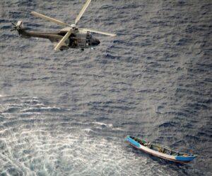 El helicóptero del SAR de Ejército del Aire procede al rescate de los únicos supervivientes del cayuco - EJÉRCITO DEL AIRE