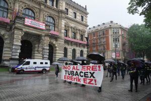Varias personas participan en una manifestación contra el ERE planteado por Tubacex, a 11 de abril de 2021, en Bilbao - H.Bilbao - Europa Press