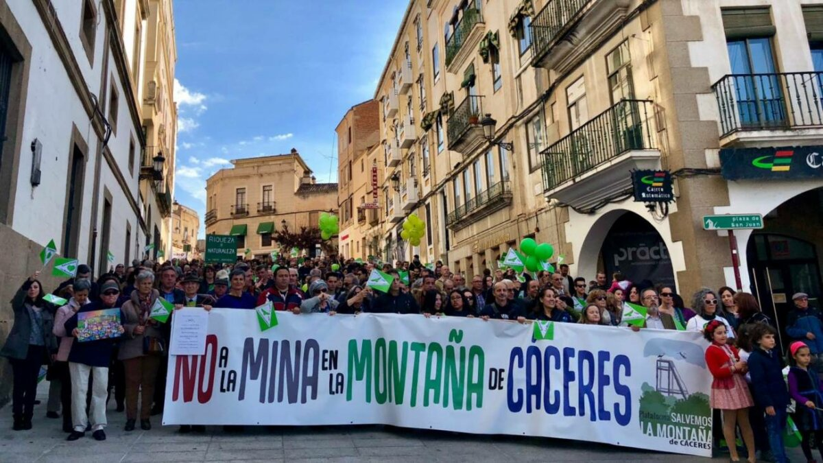 Manifestación (anterior a la pandemia) en defensa de la Montaña de Cáceres. / Salvemos la Montaña