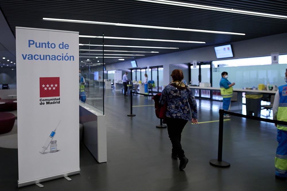 Varias personas en el dispositivo de vacunación puesto en marcha en las instalaciones del Wanda Metropolitano - Jesús Hellín - Europa Press