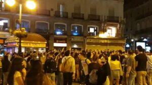 Aglomeraciones de persnas esta noche en distintos puntos de Madrid para celebrar el fin del estado de alarma - EUROPA PRESS