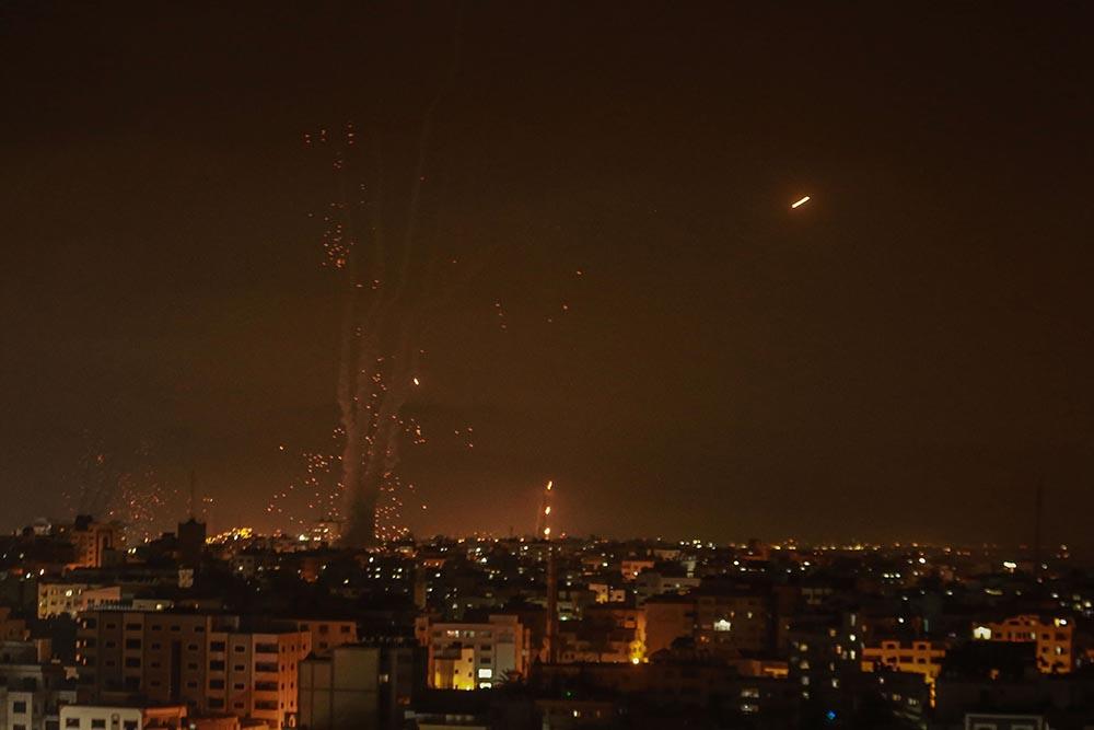 El sistema de defensa aérea Cúpula de Hierro de Israel intercepta cohetes disparados por el movimiento islamista palestino Hamás desde Gaza hacia Israel. - Mohammed Talatene/dpa